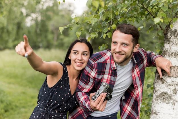 Casal à procura de boas fotos no parque
