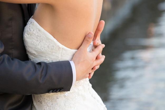 Casal abraçado, detalhe do busto e braços
