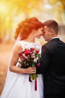 Casal abraçando, casal casamento abraçando, noiva e noivo, casal romântico ao pôr do sol,
