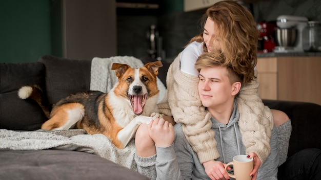 Casal abraçando com cachorro