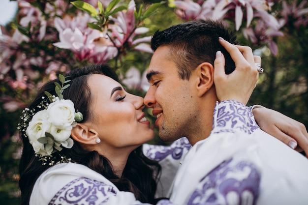 Casal abraçando na floresta