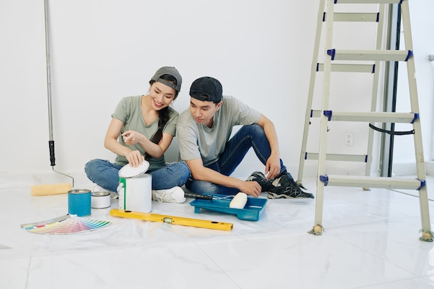 Casal abrindo tinta colorida