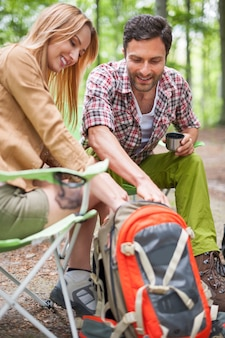 Casal acampando na floresta