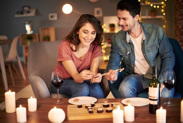 Casal adorável a comer em casa