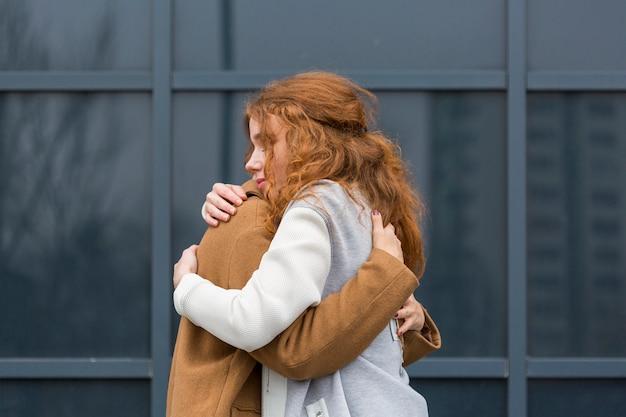 Casal adorável, abraçando-se