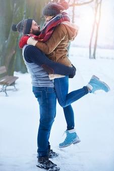 Casal adorável e temporada de inverno