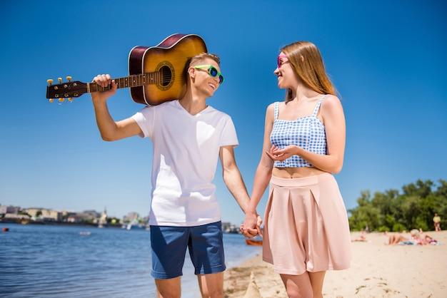 Casal adorável na praia juntos