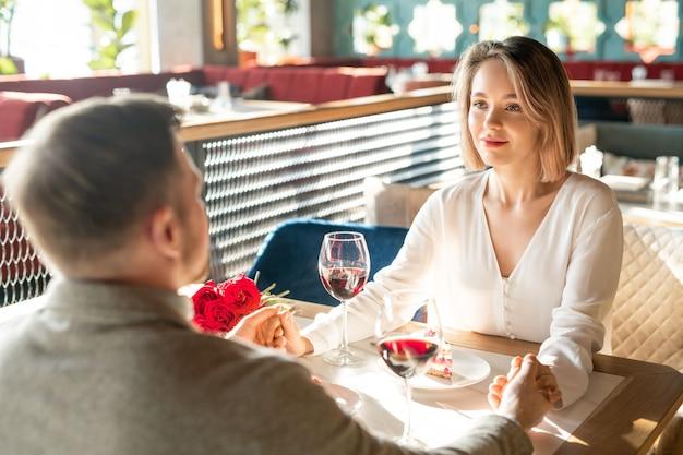 Casal adorável no restaurante