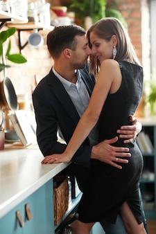 Casal adorável passando um tempo juntos em casa