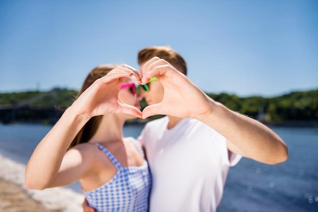 Casal adorável posando juntos na praia