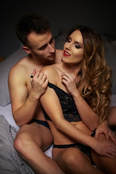 Casal adorável posando na cama
