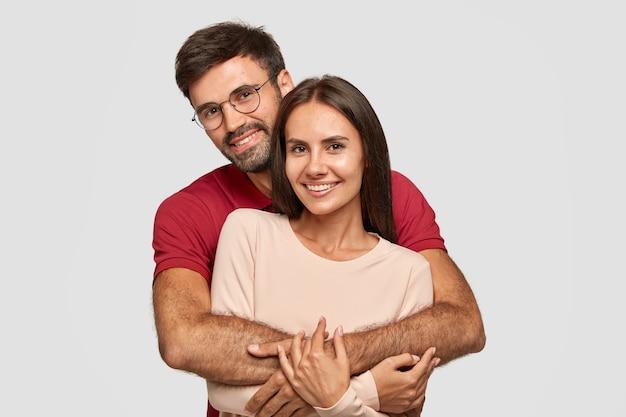 Casal adorável tem um abraço caloroso