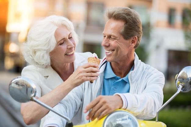 Casal adulto com sorvete.