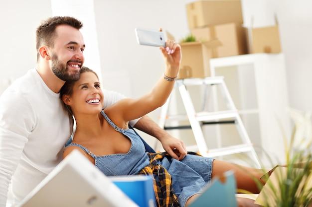 Casal adulto feliz se mudando ou mudando para uma nova casa