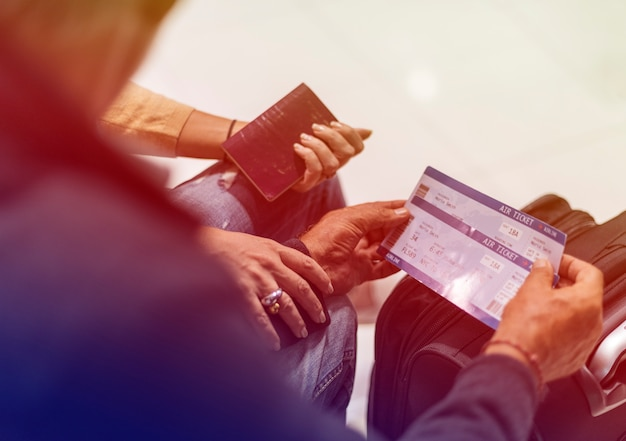 Casal adulto sênior com cartão de embarque no aeroporto