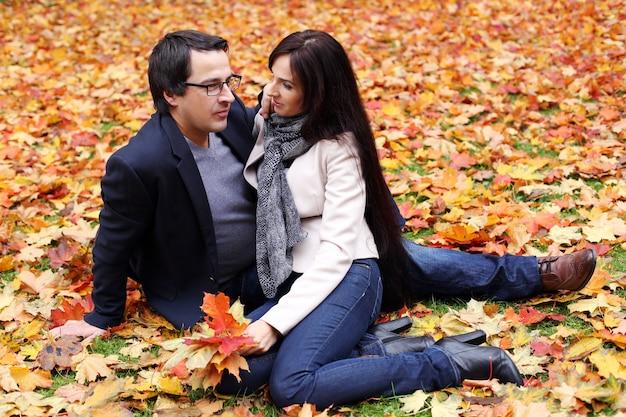Casal adulto, tendo um bom dia em família no parque
