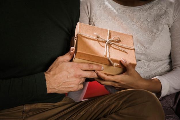 Casal afetuoso, segurando um presente