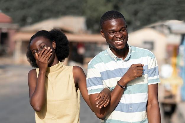 Casal africano com foto média ao ar livre