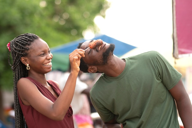 Casal africano comendo comida de rua