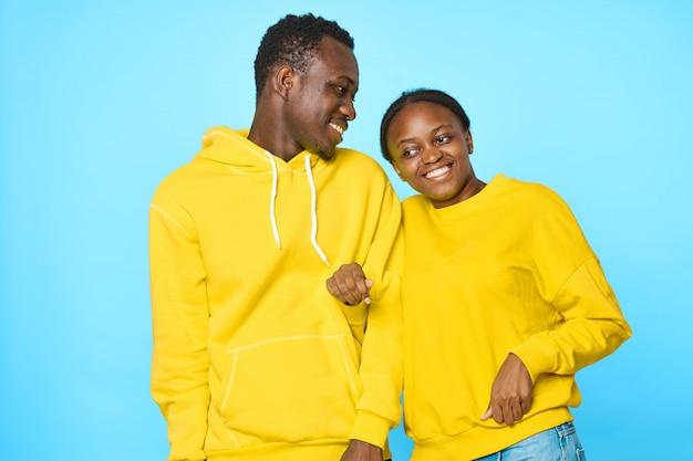 Casal africano em hoodies amarelos