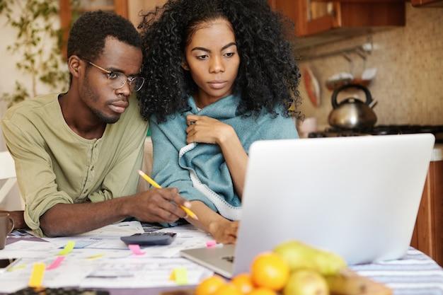 Casal africano enfrentando problemas financeiros
