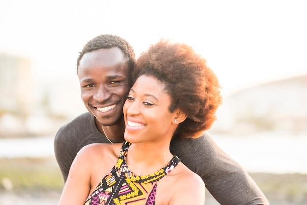Casal africano lindo feliz raça negra apaixonado ou amizade fica junto caminhando abraçado