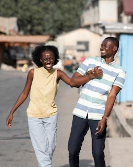 Casal africano sorridente de tiro médio