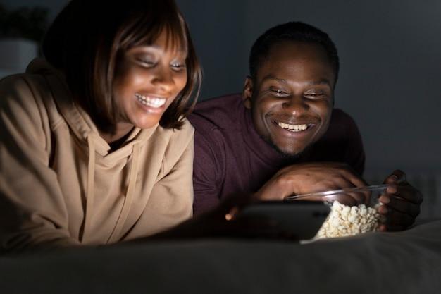 Casal afro-americano assistindo a um serviço de streaming juntos