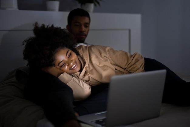 Casal afro-americano assistindo netflix juntos