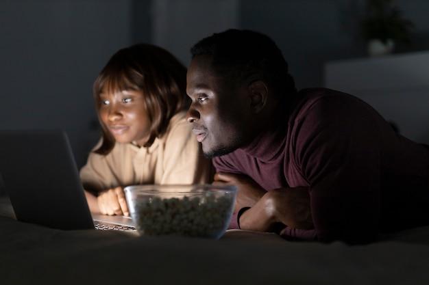 Casal afro-americano assistindo serviço de streaming
