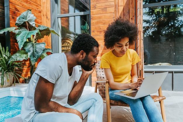 Casal afro-americano em casa no jardim lindo casal negro passando um tempo juntos