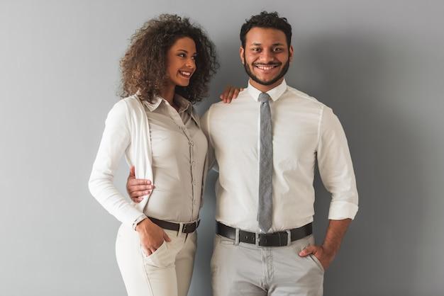 Casal afro-americano em roupas casuais inteligentes