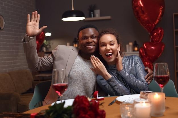 Casal afro-americano feliz e noivo no dia dos namorados em casa