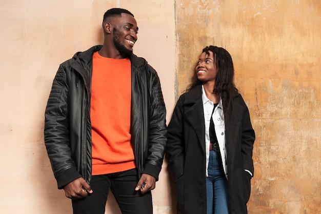 Casal afro-americano romântico olhando um ao outro