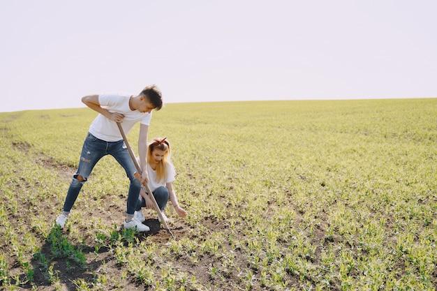 Casal agricultura no campo agrícola