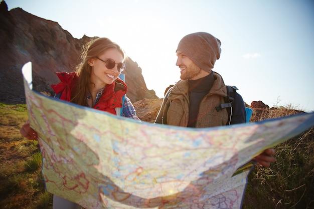 Casal alegre, caminhadas nas montanhas