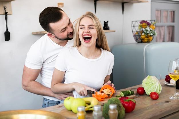 Casal alegre, corte o pimentão