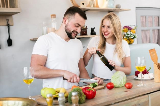 Casal alegre cozinhando juntos