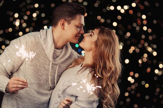 Casal alegre em roupas de inverno abraçando