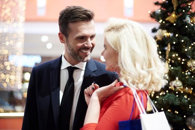 Casal alegre fazendo compras no shopping