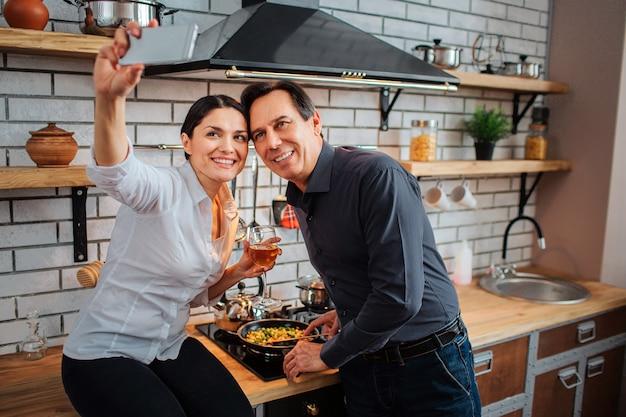 Casal alegre fica juntos na cozinha