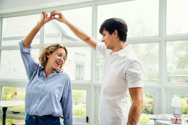 Casal alegre gosta de dançar juntos