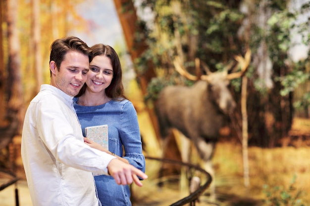 Casal alegre no museu da natureza