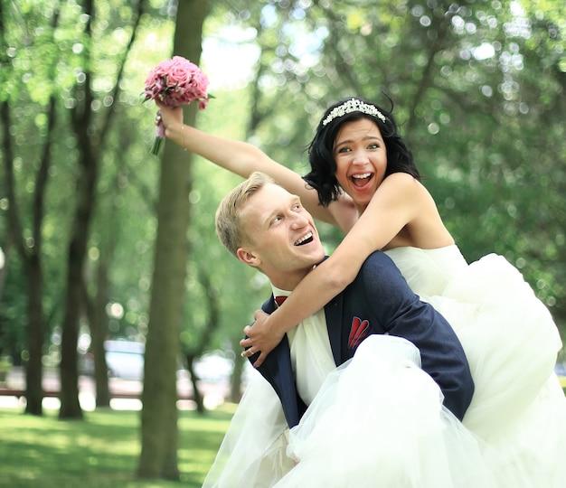 Casal alegre se divertindo no parque em um dia ensolarado