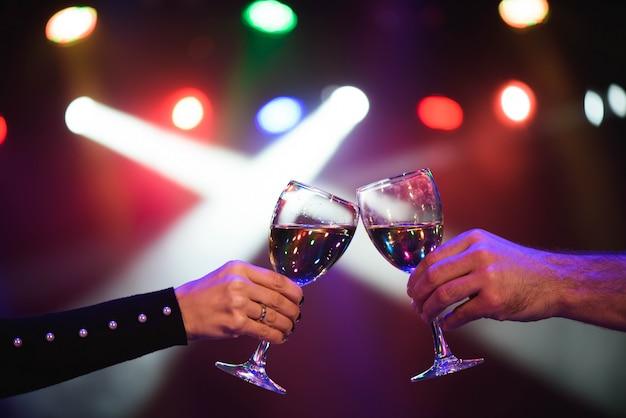 Casal alegre, tilintar de copos de champanhe na festa