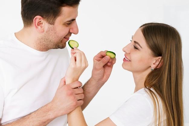 Casal alimentando um ao outro