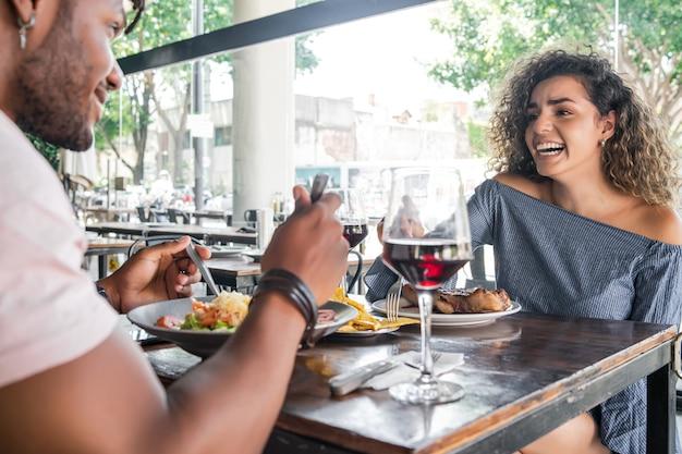 Casal almoçando juntos em um restaurante.