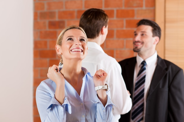 Casal alugando apartement de corretor de imóveis