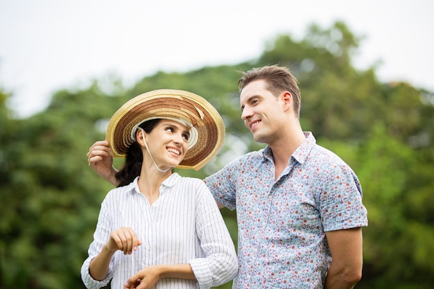 Casal ama dançar juntos no parque