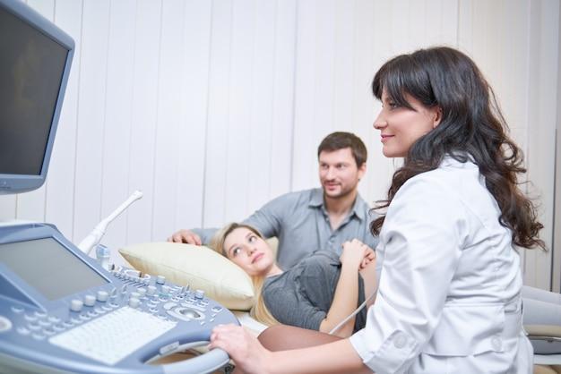Casal amando assistindo médico para gravidez